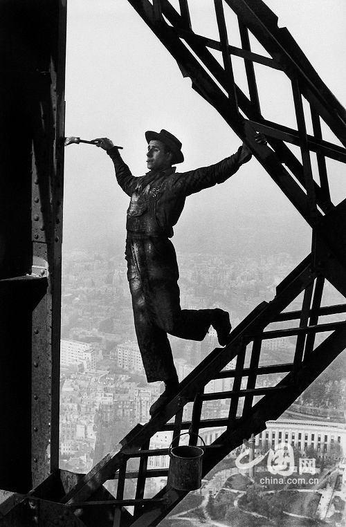 Henri Cartier-Bresson - Painting the Eiffel Tower, 1953