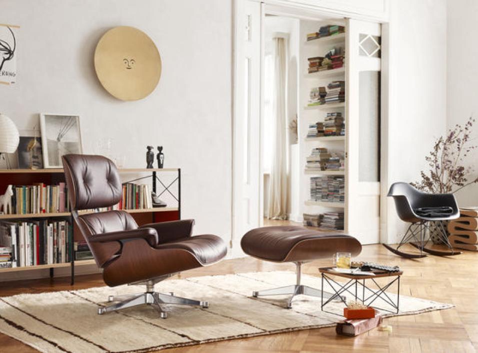 Die grössere Version wurde von Vitra in Abstimmung mit dem Eames Office entwickelt, um den heutigen Anforderungen der im weltweiten Durchschnitt rund 10 cm grösseren Menschen gerecht zu werden, um ihnen wieder den perfekten Komfort bieten zu können, den sich Charles und Ray Eames 1956 mit ihrem Entwurf zum Ziel gesetzt hatten.