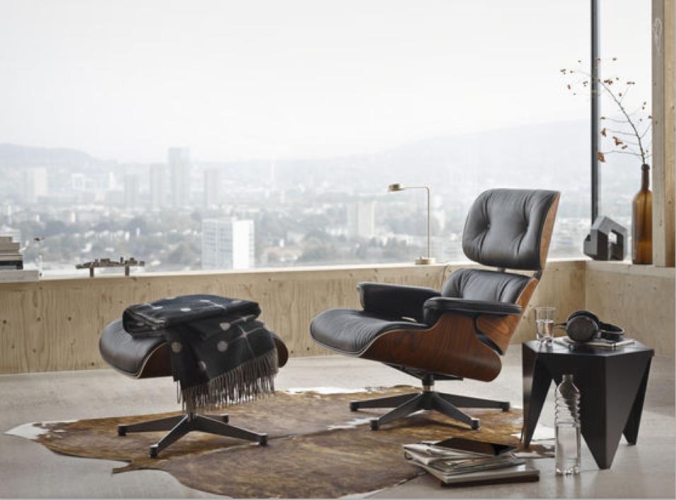 Vitra bietet den Lounge Chair in zwei Grössen an: in den klassischen Massen und in den grösseren neuen Massen. Darüber hinaus gibt es neben den konfigurierbaren Varianten mit ihren verschiedenen Ledern, Holzschalen und Untergestellen auch eine weisse und eine schwarze Version mit jeweils aufeinander abgestimmten Details.