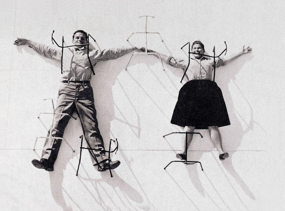 Während eines Katalog-Shootings im Jahr 1947 wurden Charles und Ray Eames liegend unter den Untergestellen von Stühlen der Plywood Group fotografiert.