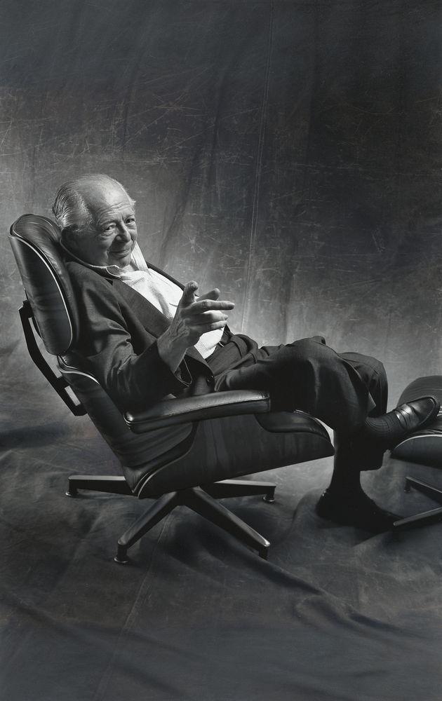 Schon zu seinem 50. Geburtstag erhielt Wilder im Juni 1956 von Charles und Ray Eames einen der ersten Lounge Chairs als persönliches Geschenk. Es symbolisierte ihre freundschaftliche Verbundenheit, war aber auch Ausdruck von Dankbarkeit: Über mehrere Jahre hinweg hatte Wilder als Inspiration und Testperson am Entwicklungsprozess des Stuhls mitgewirkt. Es ist bekannt, dass der Lounge Chair von da an Billy Wilders Lieblingsort zum Entspannen war – so wie er es seither für viele andere Menschen geworden ist.