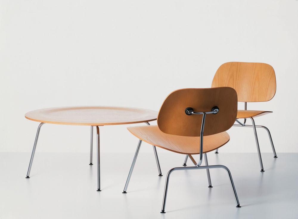 """Die eigentliche Bezeichnung """"DCM"""" des ersten in Serie produzierten Stuhls von Charles und Ray Eames steht als Abkürzung für den sehr nüchternen Namen """"Dining Chair Metal"""". Kurz nach seiner Markteinführung erhielt der Stuhl den Spitznamen """"Potato Chip Chair"""" – Kartoffelchip-Stuhl. Aber was hat der Stuhl aus dreidimensional gebogenem Schichtholz mit einer Kartoffel gemein?"""