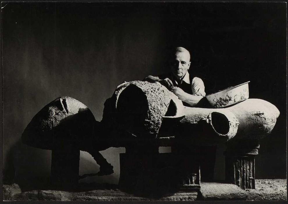 Friedrich Kiesler mit seinem Modell des Endless Room